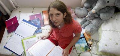 """Carolina Cerezo Dávila · Blog """"Se regalan versos"""" Carolina+Cerezo+en+su+cuarto%252C+rodeada+de+los+apuntes+que+tanto+ha+estudiado+para+lograr+la+m%25C3%25A1xima+calificaci%25C3%25B3n+de+la+Selectividad+de+2011"""