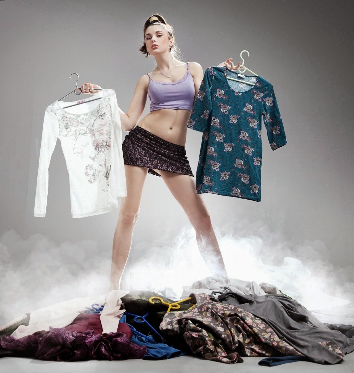 У девушек отбирают одежду 13 фотография