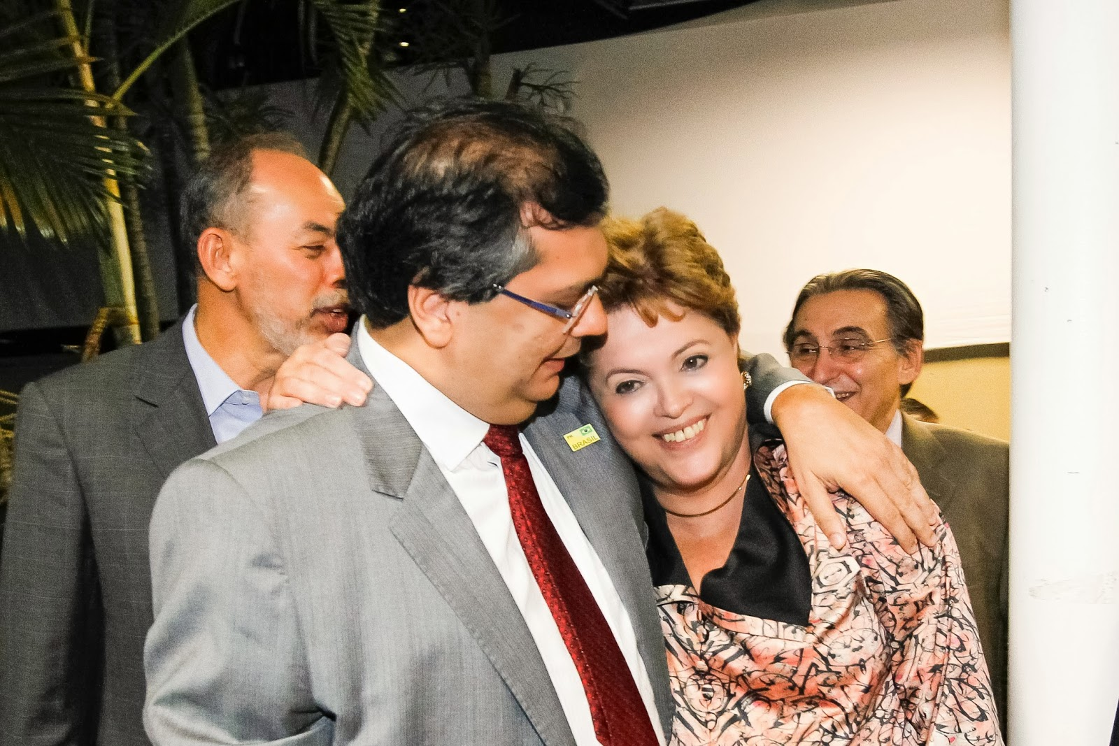 http://4.bp.blogspot.com/-4m-Ugyj83jo/Uouc4iN9DlI/AAAAAAAAPw0/fNLEYq13SWw/s1600/Flavio+Dino+com+Dilma.jpg