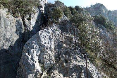 Sendero excavado en la roca