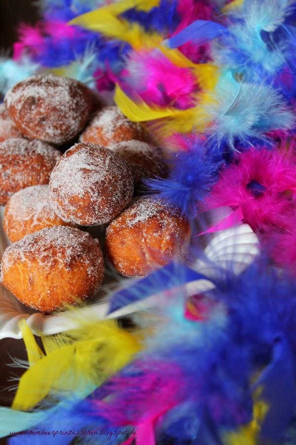 Quarkbällchen mit Marmelade bunte Federboa Himbeerprinzesschen Foodblog Karneval