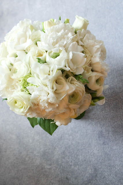 white bouquet and wedding colour scheme