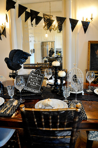 How to style a halloween table burritos and bubbly ravens are one of my favorite halloween decorations she even painted those plates herself which seems like a surprisingly easy project that i want to try solutioingenieria Gallery