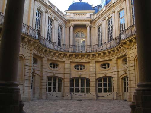 Guida di viaggio i palazzi di parigi for Cortile circolare