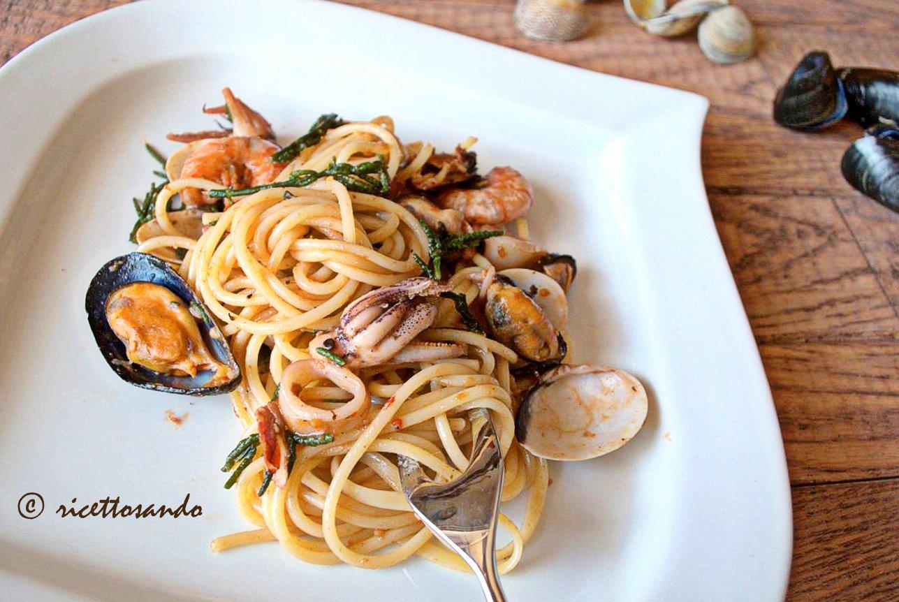 Spaghetti allo scoglio ricetta di pasta e pesce guarnita con asparagi di mare