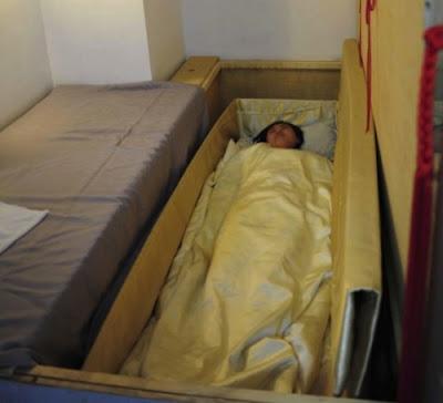 tidur dalam keranda