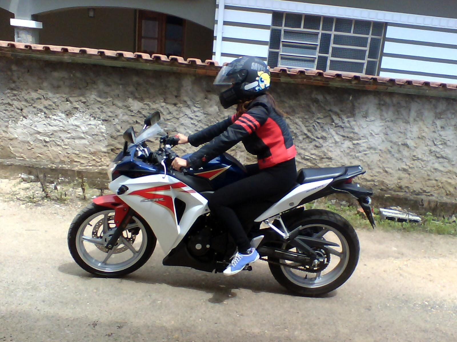Mulher E Moto Escolhendo O Modelo Perfeito