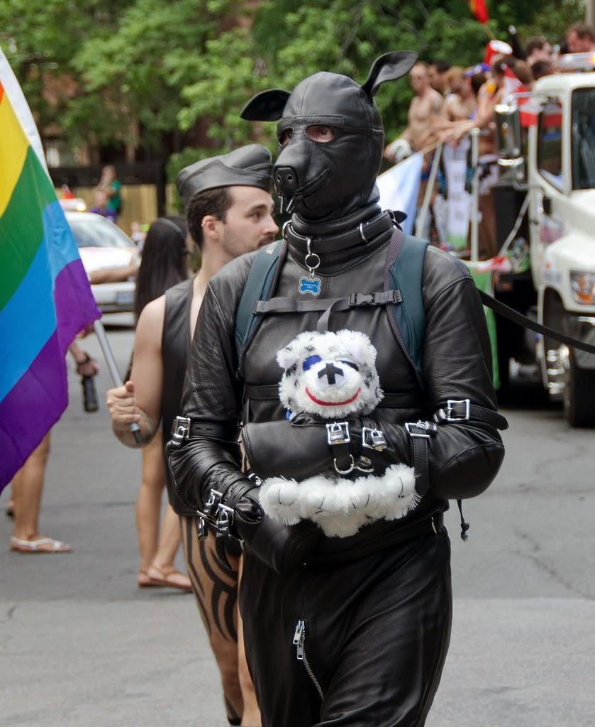 photo d'un homme en tenue de cuir SM et cagoule en tête de chien