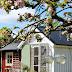Un chalet de jardin fleuri en Suède