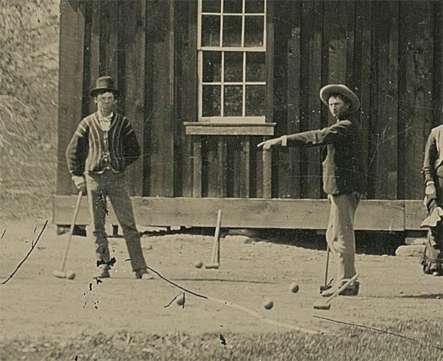 Zoom na fotografia mostra em detalhes o criminoso Billy the Kid (esq.) jogando cróquete com comparsa (Foto: Reuters/www.kagins.com/Divulgação)