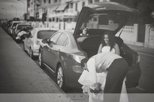 novios vistiendose junto al maletero de su coche