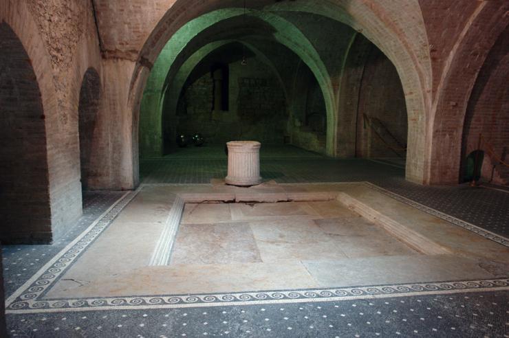 L'impluvium della casa romana e il pavimento a mosaico con le tessere nere e bianche a forma di rombo