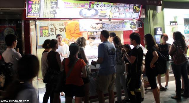 Vendedores de pasteles de miel en la calle Insa-dong de Seúl