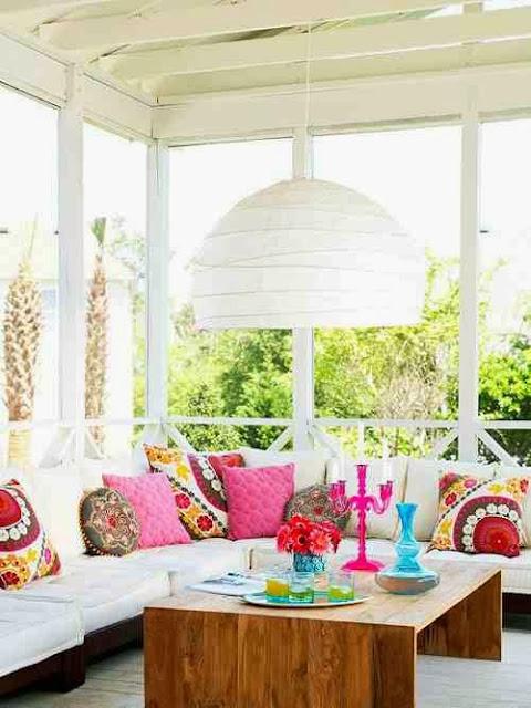 Kolorowe pduchy na białej sofie