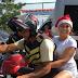Susana Vieira chega de mototáxi na comunidade do Vidigal e distribui presentes
