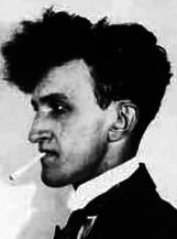 Fotografía de Jean Epstein, de perfil con un cigarro en la boca