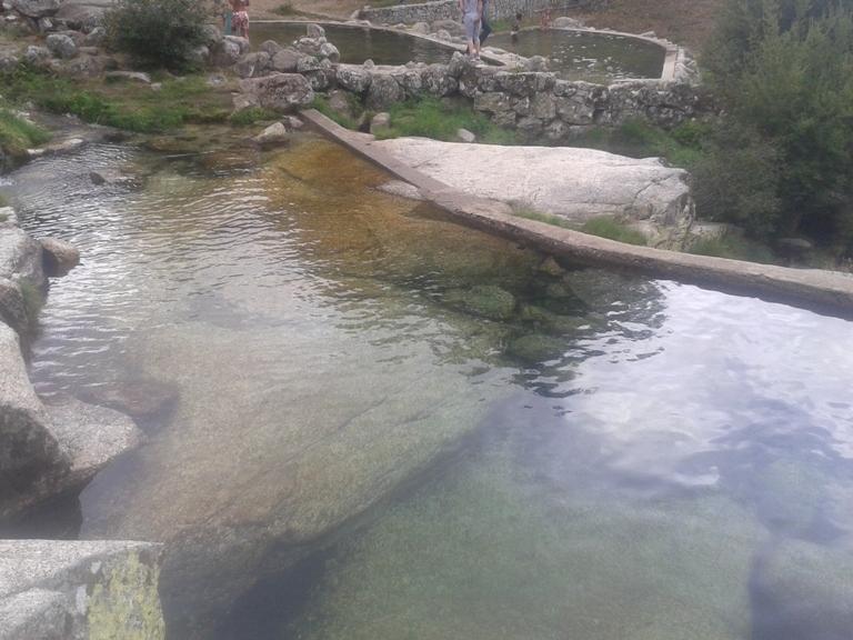Fundo em Pedra e água limpa
