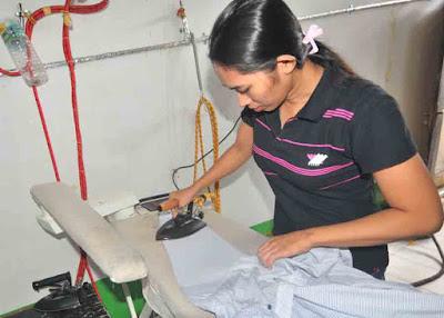 PENYETRIKAAN: Pekerja sedang menyetrika sebagai proses yang ditawarkan dalam jasa loundry. HARYADI/PONTIANAKPOST