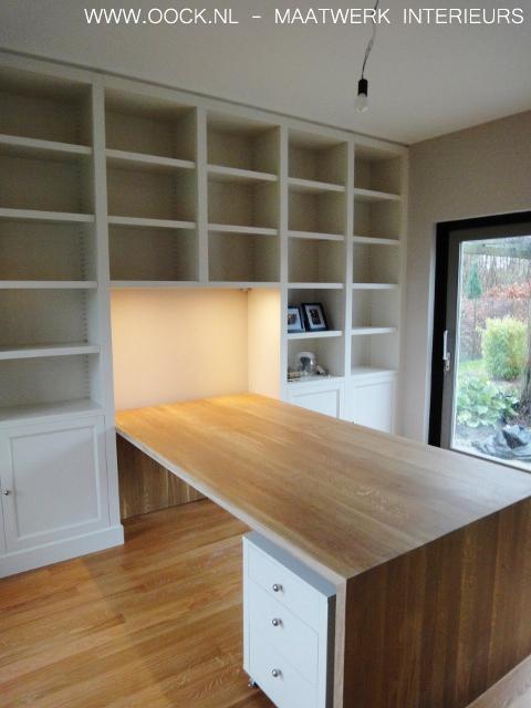 moderne houten boekenkast met een eiken bureaublad