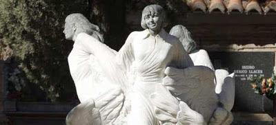 Estatua en recuerdo de las niñas de Alcácer en el cementerio.