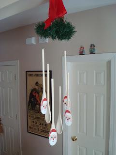 Enfeite de Natal móbile feito de colheres de pau.