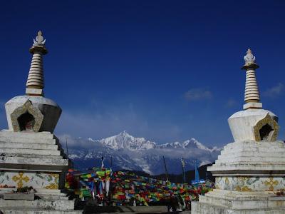五色經幡與梅里雪山,是香格里拉縣最吸引人的風景。(劉仲恩攝)