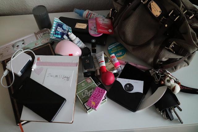 What´s in my Bag - Josie´s little Wonderland | blogparade, www.josieslittlewonderland.de michael kors, canvas bag, tote bag, tasche, chaos, bloggeressencials