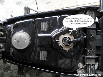 Melepas jarum pelampung bensin