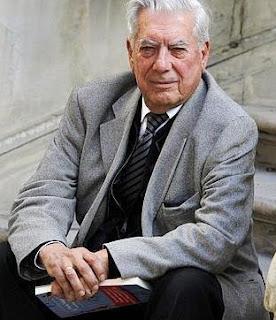 Mario Vargas LLosa con libro en mano