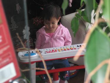 Mimi à Noel 2009 devant le cadeau de son oncle Stéphane