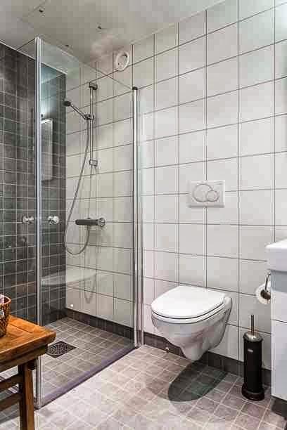 Prosta, szklana kabina prysznicowa w skandynawskiej aranżacji