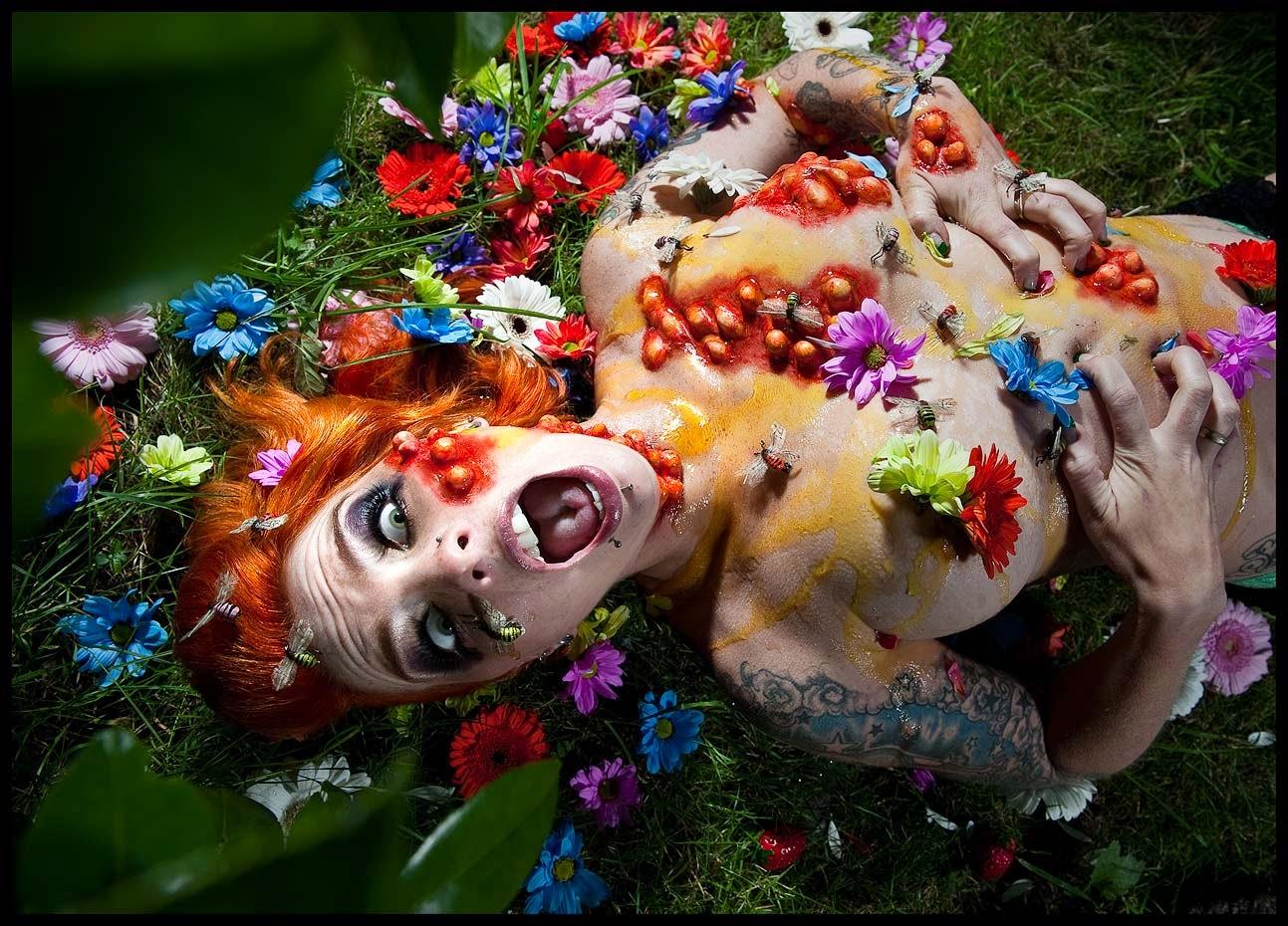 photo très graphique d'une femme nue recouverte de miel et de fleurs