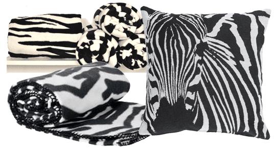Fleeceplädar med zebramotiv hos Ohlssons Tyger och Lagerhaus. Kudde med zebramotiv hos Åhlens | www.var-dags-rum.se