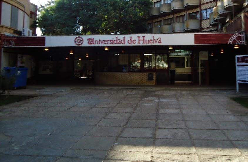 Imagen de la entrada del Rectorado de la Universidad de Huelva