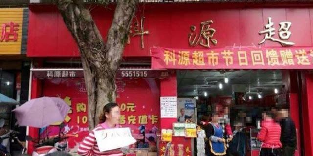 Gegara Ketahuan Mencuri, Cewek Asal Tiongkok Ini Di Iket Di Pohon Besar Samping Jalan Raya