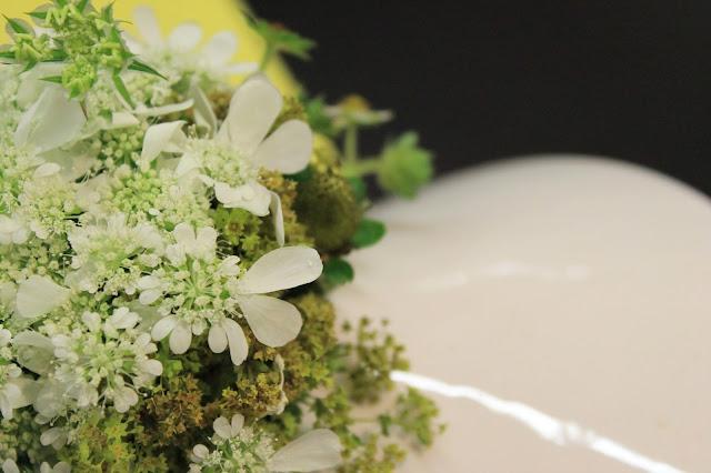 Blumenstrauss Holunderblueten Brombeeren