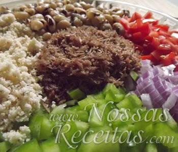 receita típica do nordeste preparada com feijão e carne de sol desfiada