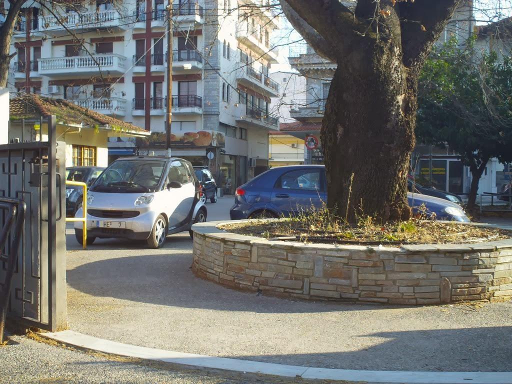 Ελλείψη θέσεων στάθμευσης κλείνουν και τη νομαρχία