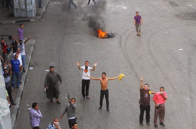 صور تُنشر لأول مرة لأحداث ميدان الجيزة ونفق الهرم أثناء مذبحة الفض 1450722_10202609931349924_1469332985_n