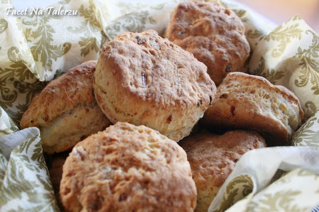 Bułeczki z cebulą i parmezanem scones