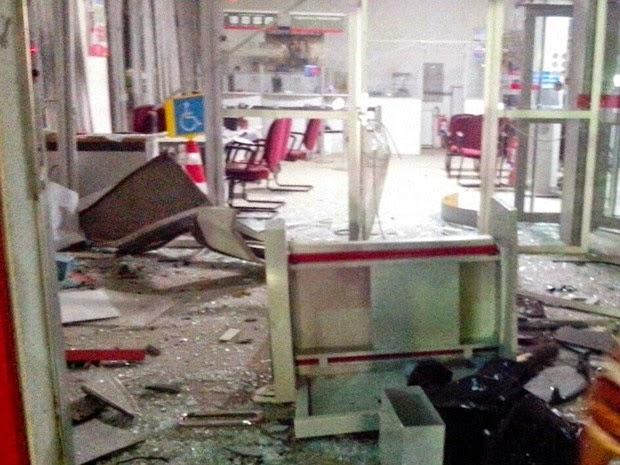 Agência bancária ficou completamente destruída (Foto: Sandro Araújo / site São Gonçalo Agora)