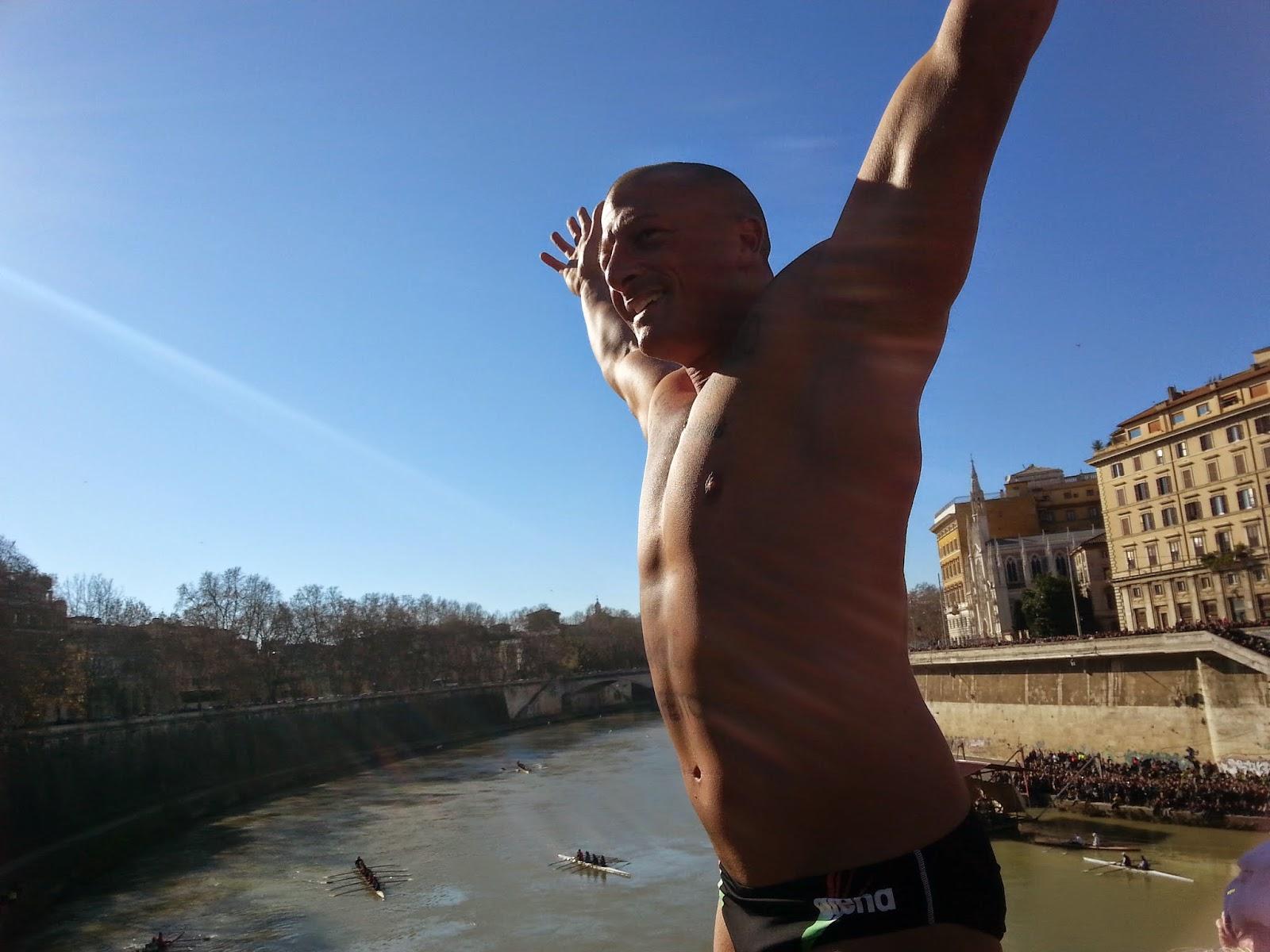 Il primo tuffatore si appresta al salto dai 18 metri. fotosportnotizie.com