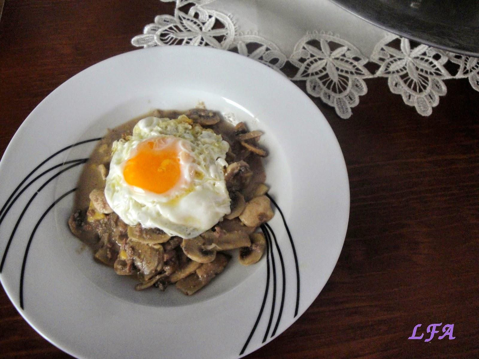 Huevo con champiñones en salsa de foie