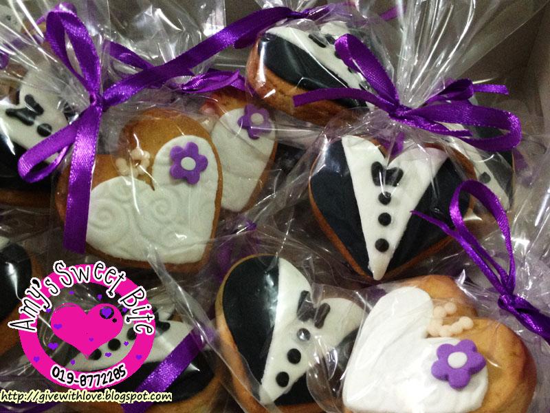 Cookies For Wedding Door Gift : ... Sweet Bite ??: Wedding door gift cookiesBride & Groom theme