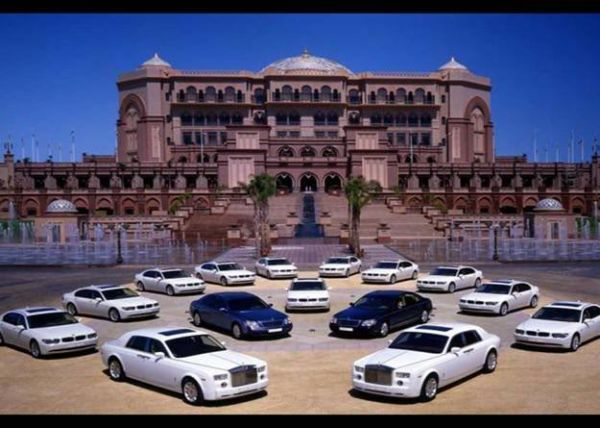 this is the grandest house in the Arab World Belongs to the King of Oil Sheikh Zayedbin Sultan Al Nahyan.