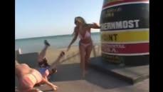 Une fille en Bikini frappe un Journaliste dans les parties intimes