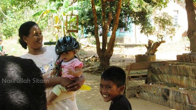 Tingkah lucu anak kecil memakai helm sepedaku