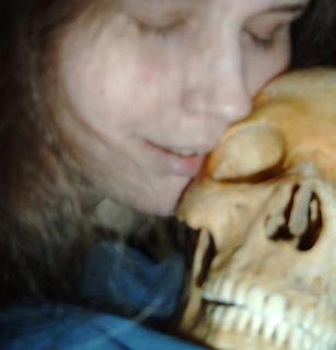 Mulher Sueca que faz sexo com esqueletos