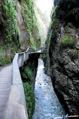 Pasarela junto a rio en las Gargantas de Kakouetta.