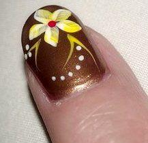 Foto de Diseño de uña dorada con flor amarilla